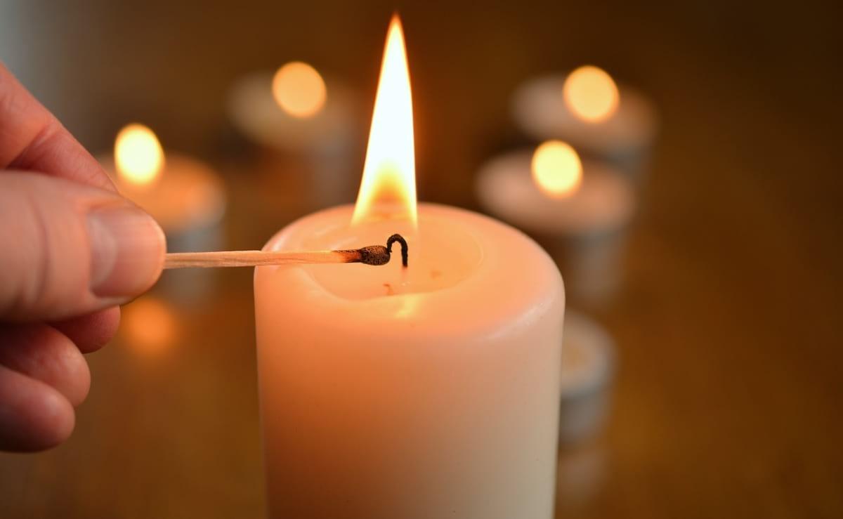 O ato de acender velas. (Imagem: Internet)